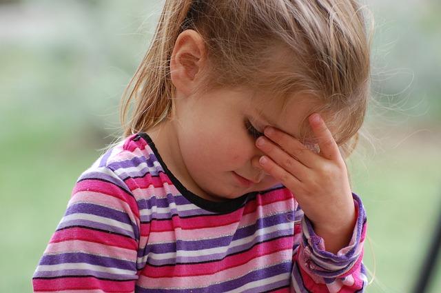 しくしく泣く子供