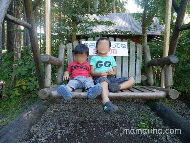 御殿場まるびオートキャンプ場にある子供用のブランコ