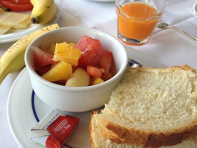 トーストと果物のシンプル朝ごはん