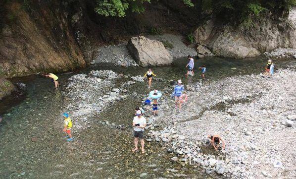 神之川キャンプ場で川遊び