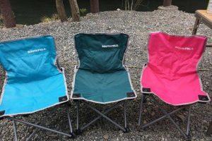 キャンプでの子供用の椅子3脚