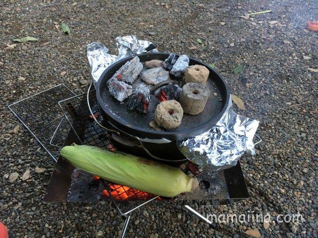 ダッチオーブンの蓋の上にも炭を置く