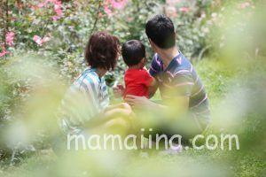 子供を抱く両親