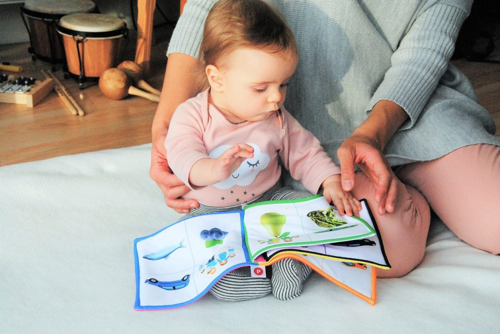ママが子供に絵本を読む