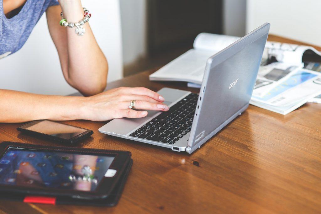 ノートPCでインターネットをする女性