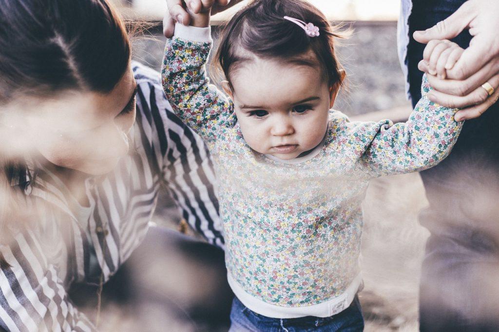 親と手をつなぐ子