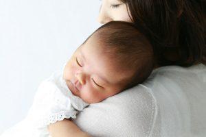 ママに抱かれる赤ちゃん
