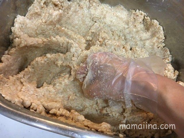 いきいきペールで味噌作り!煮た大豆をつぶす