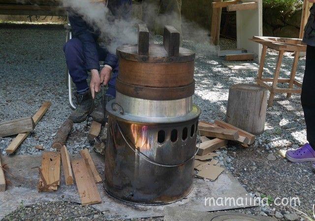 道志の「センタービレッジキャンプ場」 釜炊きのもち米