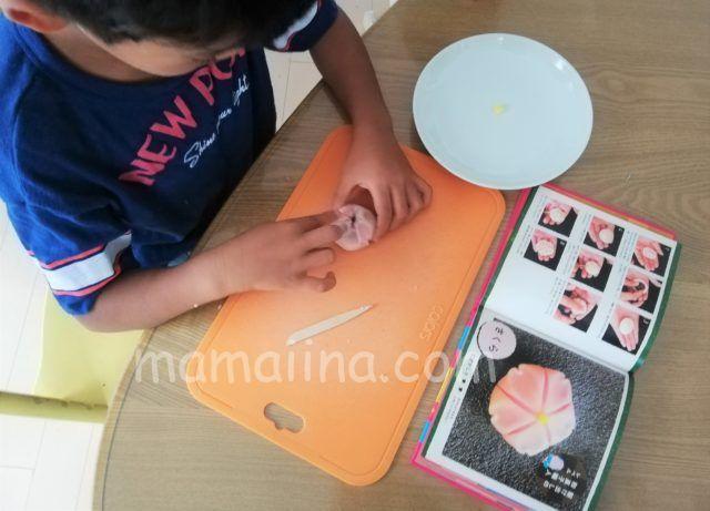 和菓子の練り切り体験をする子供「さわってつくってたべる絵本」
